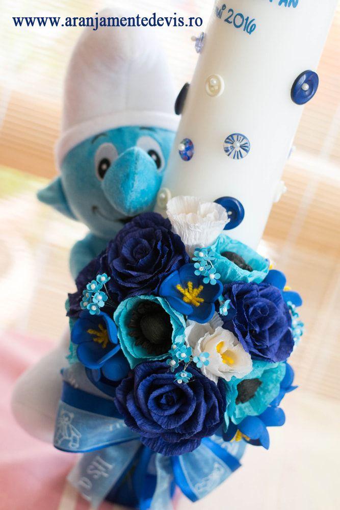 Lumanare de botez cu jucarie strumf decorata cu flori de hartie. Modelul poate fi realizat si cu alte jucarii de plus sau alte culori ale florilor.