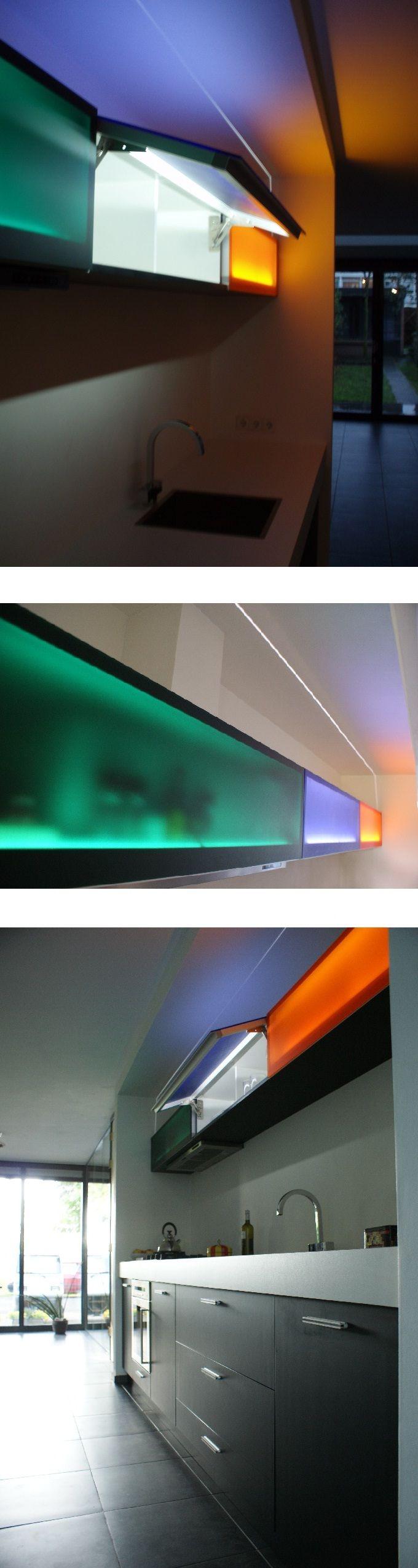 Design keuken met als eyecatcher bovenkasten met in de deurtjes verwerkte indirecte led-verlichting, dat in combinatie met 3 tinten smokey perspexglas, zorgt voor speciale effecten #veghel NL #roel-s #roels | Design kitchen with special effects