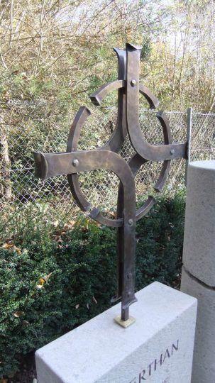 modernes stilisiertes Grabkreuz aus Schmiedebronze