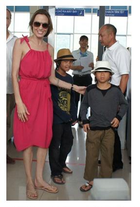 Angelina Jolie in flip flops | SHOE BIZ Celebs in Flip ... Angelina Jolie Brad Pitt