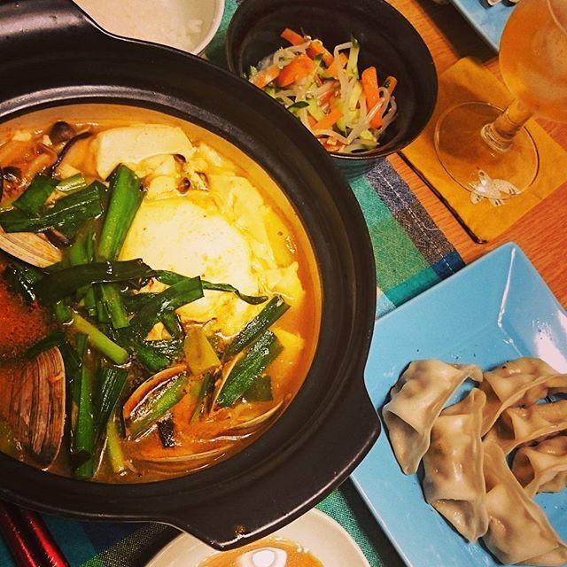 昨日の夕食。  もやしのナムル 野菜餃子 スンドゥブチゲ 白米  急に辛いものが食べたくなって、スンドゥブチゲを作りました。 具材は、豆腐、しめじ、椎茸、豚肉、ホンビノス貝、卵、ニラ、長葱。  キノコ類と豚肉は事前に胡麻油で炒めておくと、香ばしさが違います🍄🐷 初めてのホンビノス貝は、旨みが出て美味しかったです😋 お豆腐は、男前豆腐のケンちゃんで。トロトロ&濃厚で最高でした✨  #夕食 #夕ごはん #晩ごはん #うちごはん #おうちごはん #ふたりごはん #チゲ #チゲ鍋 #一人鍋 #スンドゥブ #スンドゥブチゲ #ナムル #餃子 #家庭料理 #家庭の味 #手料理