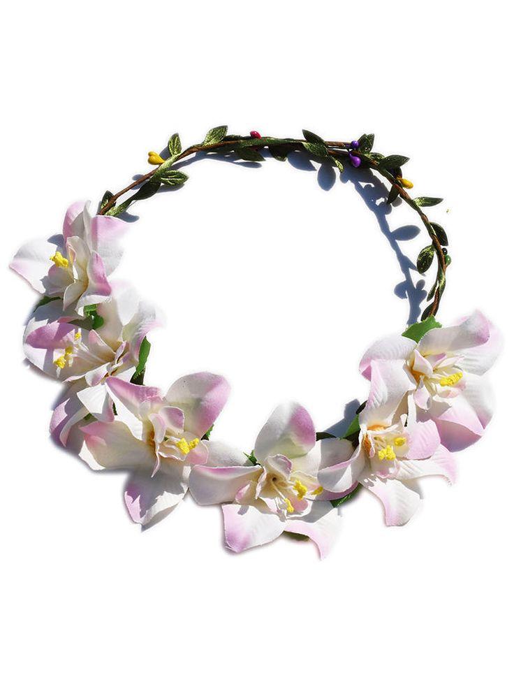 Květinová čelenka do vlasů bílo - fialová Originální ozdoba do vlasů. Krásný doplněk na jaro či léto, čelenka je vhodná na běžné nošení i výjimečné události např. jako doplněk pro nevěsty či družičky na svatbách. Květiny jsou připevněny na drátku, velikost je dle obvodu hlavy nastavitelná (drátek je na zadní straně rozdělen a mírně zamotán).