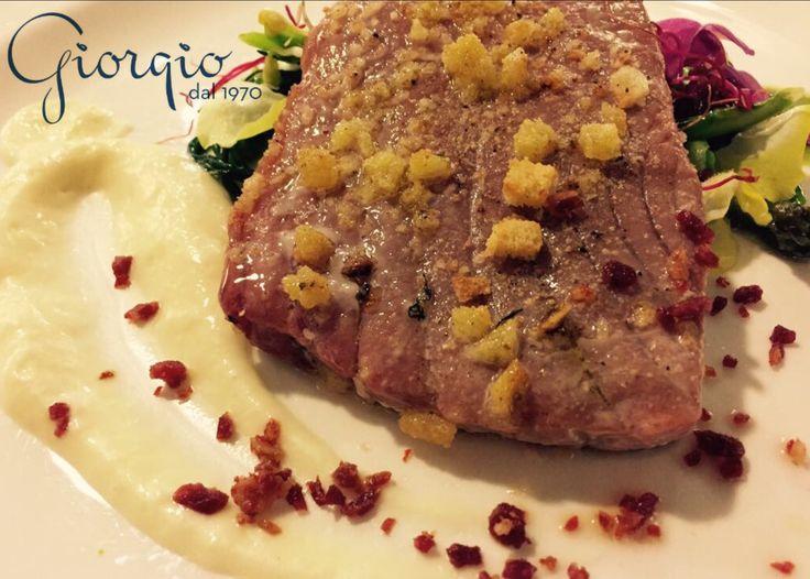 """Bistecca di tonno pinna gialla, verdure, briciole di mora romagnola, """"maionese"""" all'olio di argan."""