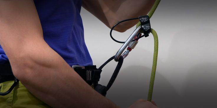 В этой статье я расскажу и покажу, как крепить страховочное устройство к беседке, как пристегнуться к веревке двумя карабинами по новым правилам.  Читать статью: http://www.rockclimber.ru/страховочная-петля/