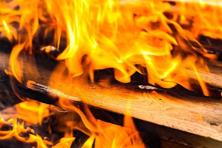 #aansteken #branden #geel #gloeien #heet #hout #kolen #licht #oranje #vuur #warm