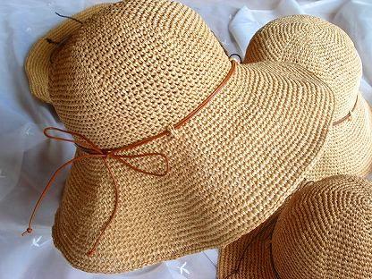 まず、エコアンダリヤの23番。    エコアンダリヤ帽子   いわゆる小麦色というか一般的な麦わら帽子の色。 大人から子どもまでわりと万人向けで、 カジュアルスタイルからワンピースまでオールマイティに使え、 あまり明らかに似合わない人が想像しにくい万能カラーです。   初めて編む方、1コだけ編む方におすすめのカラー。 反面、ちょっと平凡な色みともいえるので まるっきし存在感のない帽子になるおそれあり。 レザーコードや上質素材のリボン、純銀パーツなどで アクセントをつけたりなんか手を加えないと 市販の麦わら帽子1500円ぐらいの買っとけ!って話になる。 でもやっぱこれがイチオシかなー。 とりあえず23!話はそれからだ!って感じの色です。