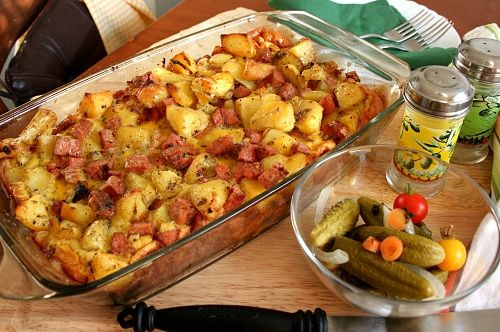 Uvařené kostky rolované plece smíchané s povařenými brambory a vajíčky, zapečené v troubě dozlatova.