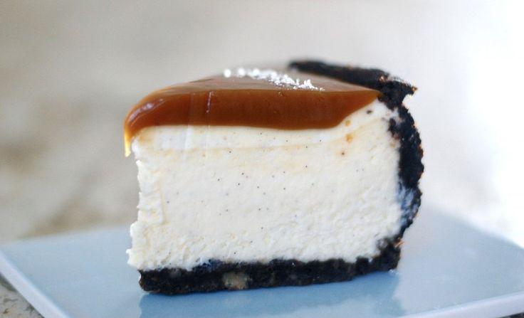 Vil du wow'e dine gæster? Så lav denne vaniljecheesecake med Oreo-bund og forførende saltkaramel, og de vil komme direkte i kagehimlen!
