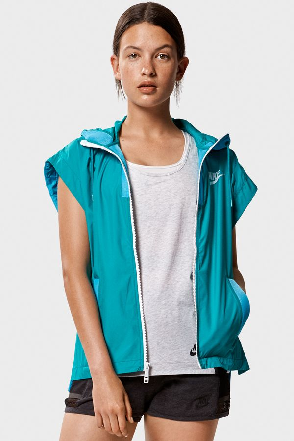The Nike Tech Hypermesh Vest is a laid-back layer for maximum style with minimum effort. Rock on your rest day to stay casual and cool.