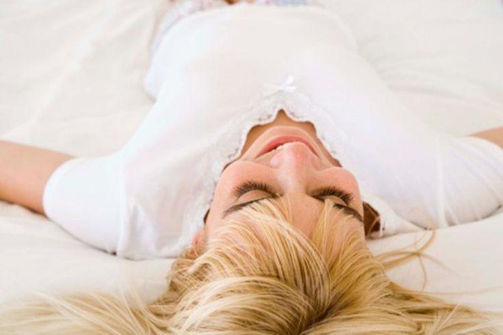 Cómo dejar de dormir de espalda. Dormir de espalda no es necesariamente dañino pero causa dolores de espalda en algunas personas. También es más probable que ronques porque el tejido relajado en tu garganta bloquea tu tráquea. Las mujeres embarazadas deberían evitar dormir de espalda durante el ...
