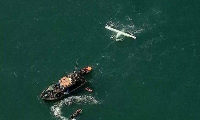 Aeronave com dois tripulantes faz pouso forçado no mar a 200 metros da Praia do Leblon - Jornal O Globo