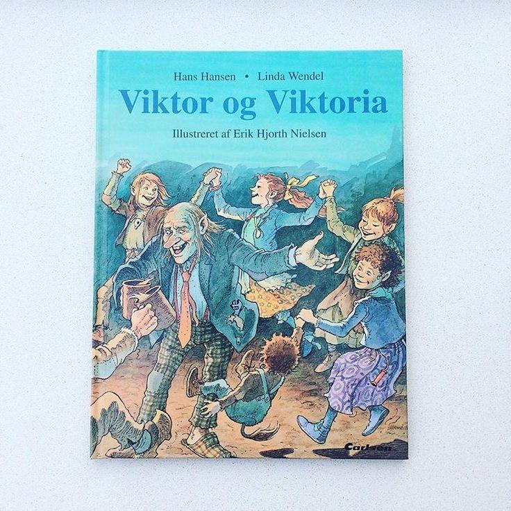 """""""Viktor og Viktoria"""" af Hans Hansen og illustrationer af Erik Hjorth Nielsen. Billedbog udgivet af Carlsen i 1993. Stand som ny👌🏻✨ 60 kr.  #viktor #viktoria #billedbog #troldebog #troldeliv #nostalgi #huskerdu #barndom #barndomsminder #trolde #læs #historier #troldehistorier #højtlæsning #bogsalg #billedbøger #børnebøger #køb #salg #sælges #bøgertilsalg #lopper #loppe #loppefund #loppedeluxe #børnelitteratur #boghylde #loppemarked #genbrug #genbrugsguld"""