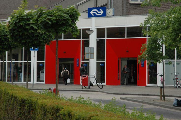Station Heerlen (1985-2012). Opvallende architectuur met twee rode deuren. Ir. J. Bak, architect bij B.V. Articon