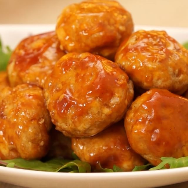 ご飯との相性バッチリの甘酸っぱダレを使ったレシピをご紹介! お豆腐が入ったフワフワな優しい食感とアクセントの効いたタレががたまりません♪ #お豆腐ミートボール はお弁当にも夜ご飯にもぴったりです!  材料 (2人分) ・絹豆腐  200g ・豚ひき肉  300g ・塩こしょう  少々 ・生姜チューブ  小さじ1 ・酒  小さじ1 ・卵  1個 ・サラダ油  適量 ・ケチャップ  大さじ2 ・中濃ソース  大さじ1 ・鶏がらスープの素 小さじ1/2 ・砂糖  大さじ2 ・酢  大さじ2 ・水  大さじ2 ・片栗粉  小さじ1  手順 1. 豆腐をクッキングペーパーで包み、600wのレンジで2分加熱する 2. ボウルに豚肉を入れ、塩こしょうをしたら粘りが出るまでよくこねる 3. 豆腐、生姜、酒、卵を加えてよく混ぜる 4. 等分して丸く成型する 5. フライパンに、フライパンの底から2~3mmの厚さまでサラダ油をひいて4を揚げ焼きにする 6. 別のフライパンにケチャップ、中濃ソース、鶏がらスープ、砂糖、酢、水、片栗粉をよく混ぜ、火をつける…