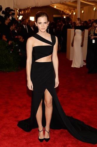 A atriz Emma Watson foi uma das mais bem vestidas da noite. O modelo recortado Prabal Gurung deixou à mostra suas curvas perfeitas e a barriga tonificada.