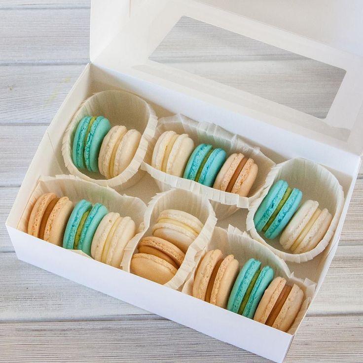 Už docela dlouho neměla objednávky pro makronky je čas na to. Karamel pistacie bílá čokoláda.  Давно не было макаронок пора напомнить про них. Карамель фисташка белый шоколад.  #macaron #macarons #makronky #makronka #macaronstagram #glutenfree #frenchmacarons #handmade #karamel #happybirthday #narozeniny #makaronspodebrady #bezlepkový #pečení #podebrady #praha #jidlo #food #homemade