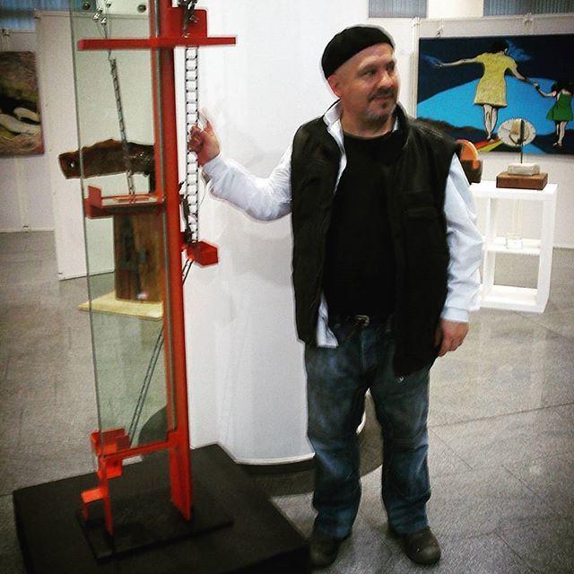 Ich und meine skulptur. #modernart ,#artemoderno ,#contemporaryart ,#contemporaryartist ,#art,#kunst,#skulptur ,#sculpture ,#soto ,#ausstellung ,#exposition ,#bank ,#sparkasse ,#pfarrkirchen ,#niederbayern ,#passau ,#badgriesbach