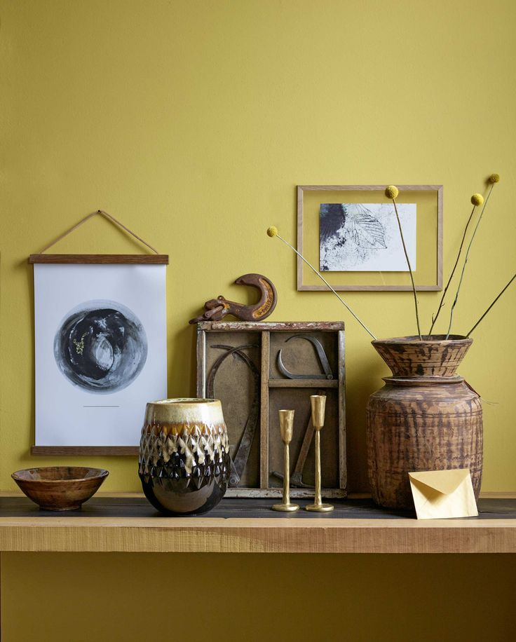 Gele wand met houten en gouden accessoires | yellow wall with wooden and gold accessories | Bron: vtwonen 01 2016 | Fotografie Tjitske van Leeuwen | Styling Marianne Luning
