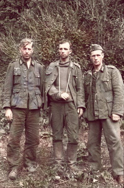 Trois soldats allemands capturés sur le front Kalinin. (Note: middle captured German has eerily resemblance to Lee Harvey Oswald, alleged assassin of President John F. Kennedy.)