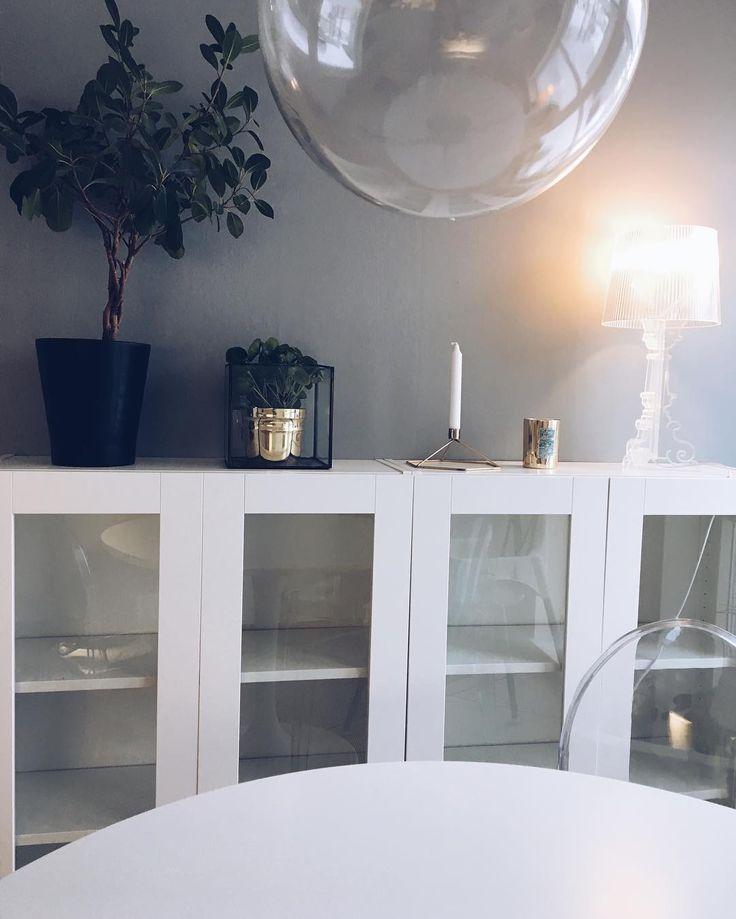 Grey walls☑️ älskar mitt #ikeahack !! Två #billybokhylla brevid varandra, med dörrarna #sävedal som egentligen är vitrindörrar till köksstommar! Blev kanon att ha som vitrinskåp! Fina glas, skålar osv • • • • #myhome #micaelashome #interior #design #inredning #homeinspo #kitchen #grey #whitewalls #flowers #interior123 #interiorinspo #inredning #bisse #lifestylebyl #hemmahosmig #ikea #minikeastil #elledecorationse @elledecorationse