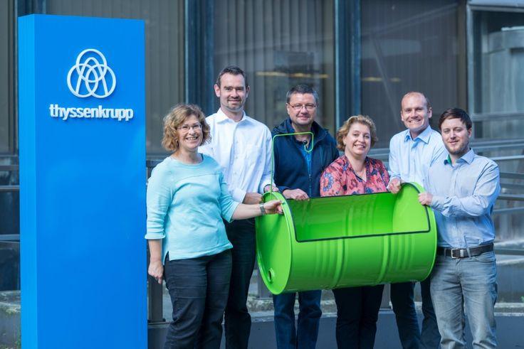 Mitarbeiter bei thyssenkrupp in Duisburg bauen Stahlfasswiege für Kinderzimmer