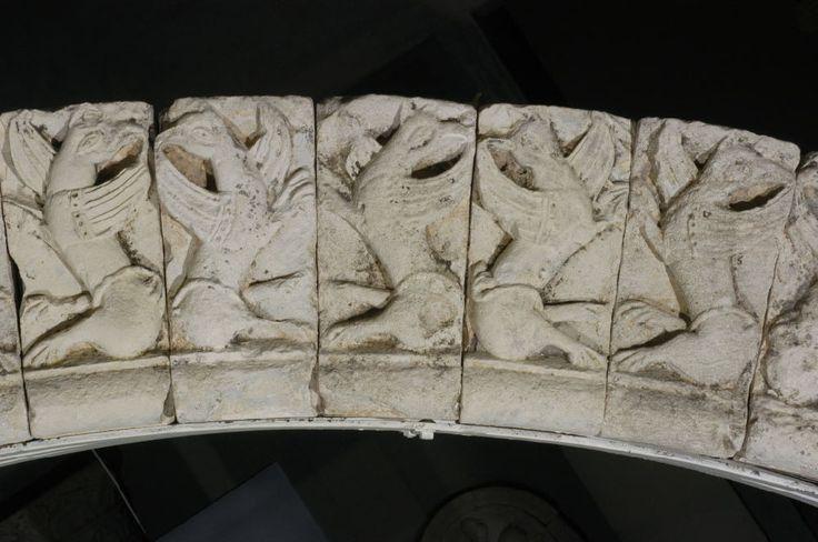 Archivolte de l'ancienne collégiale Ste-Croix à Poitiers : 25 claveaux sculptés d'animaux, 12°s.- 9) LE COLLEGE DE STE-RADEGONDE: ..de la ville le dimanche de la Trinité; en 1576 prête une des salles de son logis pour la tenue d'assises. Toutes les autres maisons jusqu'à la rue des Carolus sont des maisons canoniales. La cure d'aumônerie du chapitre, un logis canonial, la chantrerie entourent le cimetière situé sur le flanc N de l'église. La prison touchait le choeur, mais elle ne ....