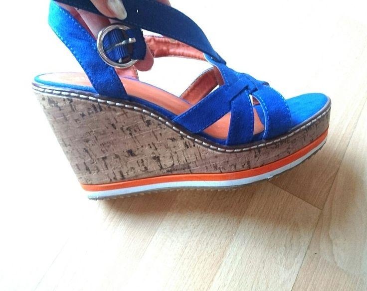 Leuchtend blaue Catwalk Schuhe