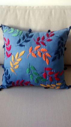 Almofada bordada totalmente à mão por artesãs mineiras, feita com sarja em várias cores 40x40cm. Preço correspondente a almofada completa com enchimento. R$ 150,00