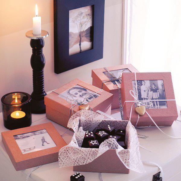 <p><b>Weihnachtsgeschenke selbermachen</b></p><p>Zuckersüß: In den Deckel einer Passepartout- Schachtel ein Foto platzieren. Karton mit Spitzenpapier auskleiden und mit Zuckerornamenten verzierte Dominosteine hineinlegen.</p><p>Mit dem Deckel verschließen