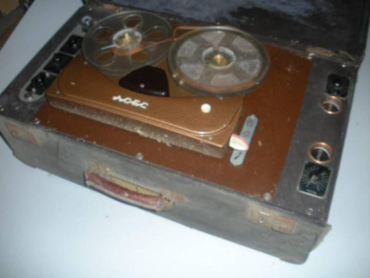 Magnétophone Vintage magnétophone ancien de marque ACEC dans sa valise de transport