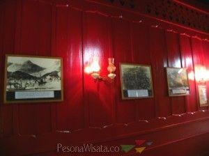 Koleksi foto sejarah, terpajang di dinding kayu
