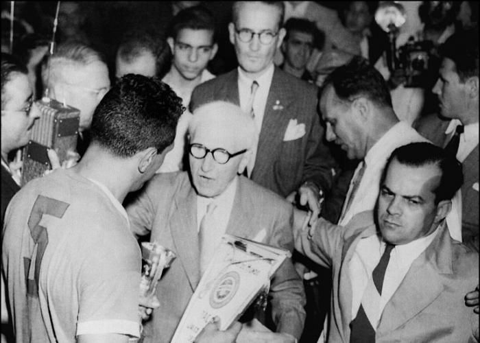 Obdulio Varela receiving the1950 World Cup for Uruguay ..... Get your FREE DOWNLOAD of the SportsQuest app at www.sportsquestapp.com @SportsQuestApp