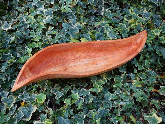 ciotola a foglia di lauro intagliata a mano in legno di larice, finitura con olio di lino. Cm 54x29x9
