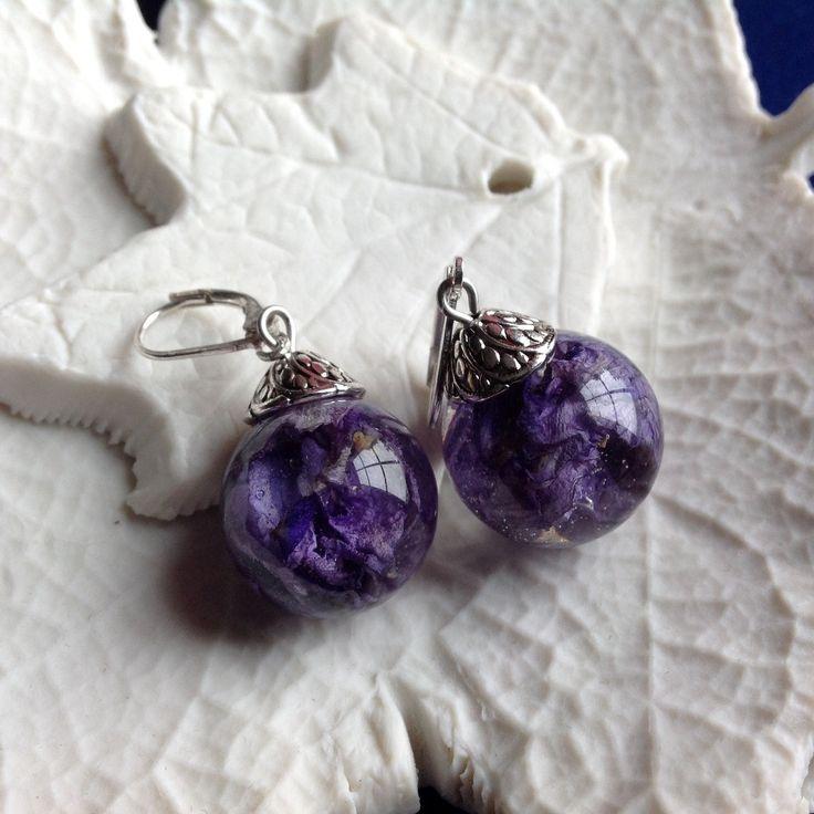 Boucles d'oreille bulles de résine et fleur de pied d'alouette bleu sur dormeuses en argent. : Boucles d'oreille par beads-of-bliss-bijoux-en-resine