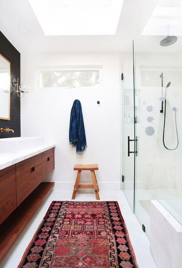 Un grand tapis dans une salle de bains moderne. / old rug in a bathroom