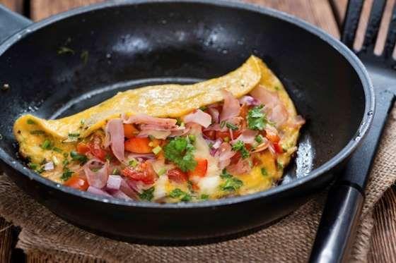 Para una cena rápida y fácil, este omelette es el ganador. Puedes utilizar algunos vegetales como ag... - Rebañando