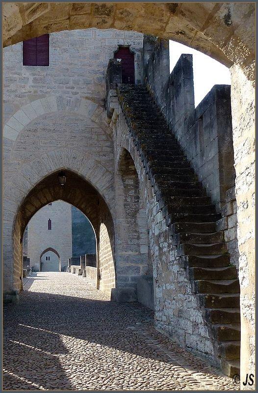 Architecture du Pont Valentré, Midi-Pyrenees, France @}-,-;--