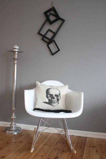 Kalas Mystiske Hjørne♥livingroom. eameslookalike, skull pillow