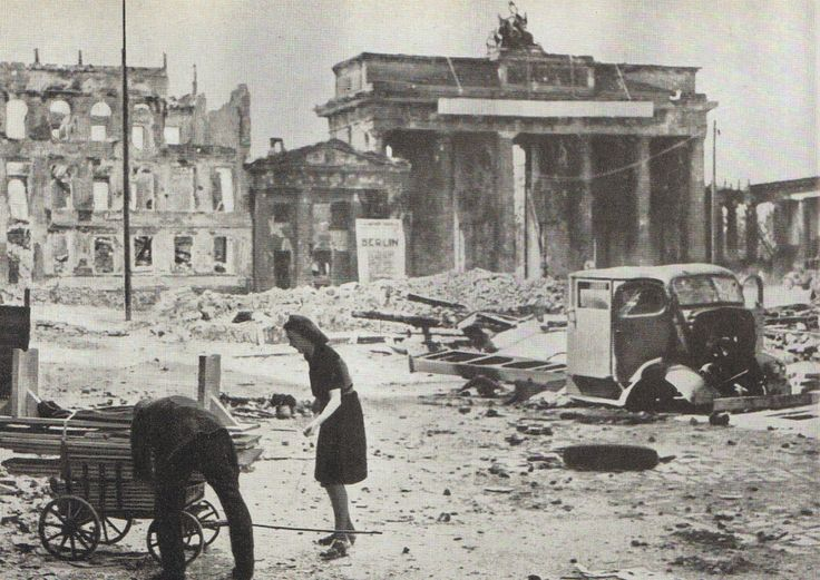 Berlin, Brandenburger Tor, Sommer 1945.