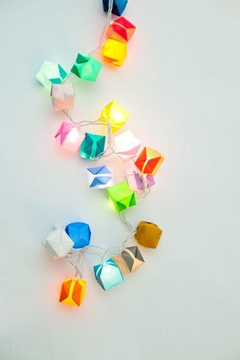 電飾につかうLED電球を、風船の膨らませる穴から中に入れるだけで、素敵なガーランドライトの完成です。紙ごしの柔らかな光が幻想的。暑い夜も涼しげな雰囲気に演出してくれそうです。クリスマス以外に出番のないLEDも大活躍ですね。