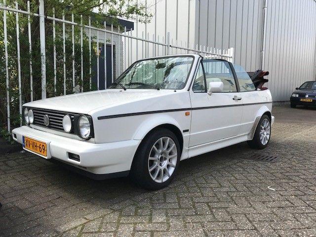 Volkswagen - Golf 1.8 Cabriolet Quartet - 1992  VW Golf 1 cabriolet in de Quartet uitvoering uit september 1992. Met 193.855 km op de teller. De auto komt van de derde eigenaar en heeft in de winter altijd binnen gestaan. Heerlijke auto voor de zomer.De onderhoudshistorie is niet compleet aanwezig maar er zijn wel rekeningen ter inzage. De Golf is goed onderhouden. Recent is de auto APK gekeurd en is de olie vervangen. Er zit een nieuwe koppeling in.De auto heeft stoelverwarming.De rode…