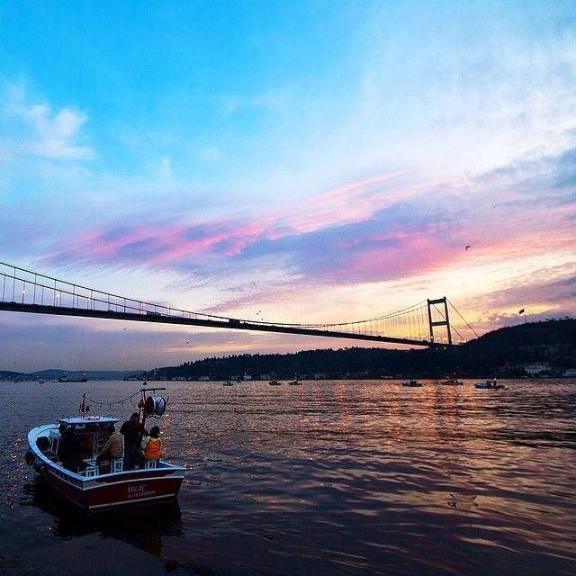 """İstanbul boğazında neredeyse aralıksız devam eden 4 yönlü gemi trafiğinin içinde balıkçı…"""""""