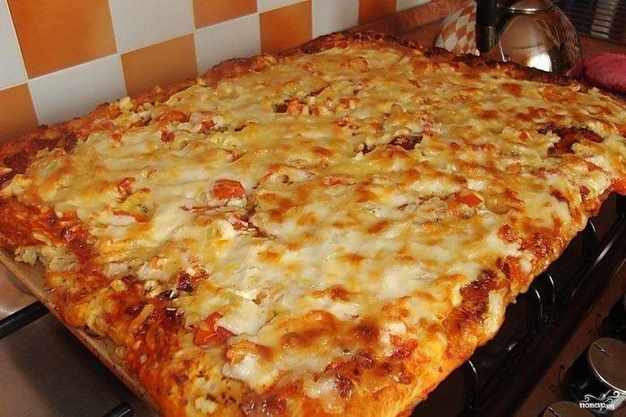 Вкусная и простая семейная пицца. Когда ее ешь, понимаешь какая это вкуснятина!  Приготовьте и все поймете сами! Ингредиенты:Яйца — 2 ШтукиМайонез — 3 Ст. ложкиМука — 3 Ст. ложкиКолбаса — 150 Г…