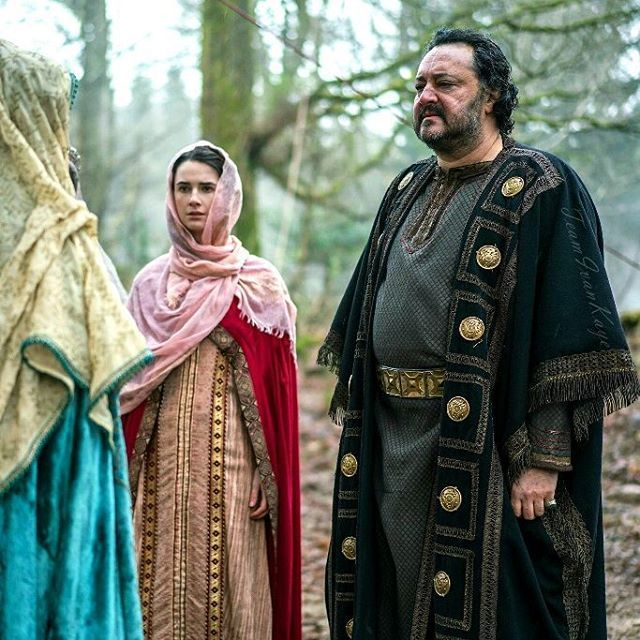 For #SnakepitSaturday 1 of the completely NEW never seen #KingAelle pics from #Vikings episode #4x17 #TheGreatArmy when #Judith wanted to see the place where #Ragnar had died & her father sounded so relieved about Ragnar's death. Probably the only promo pic with Judith's sister on it. Thanks to #HistoryPolska on Facebook! 🙏❤ - Enjoy your weekend! 😊 . #IvanKaye #Vikingsfans #Vikingsfamily #JudithsSister #Saxon #king #Northumbria #princesses #snakepit #warning #promopic #weekendtreat