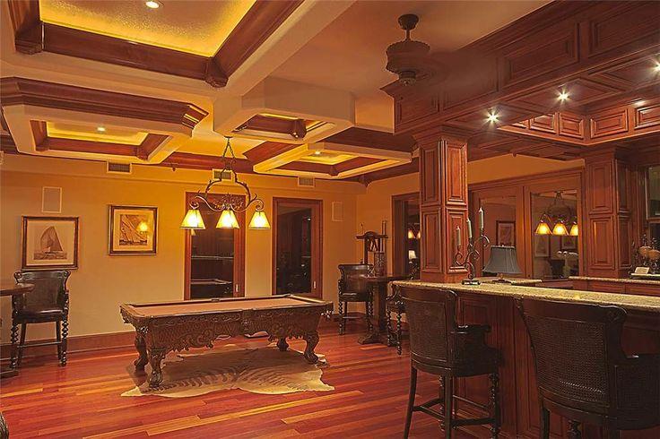 El cuarto de juegos: El cuarto de juegos está lejos de la sala. La alfombra/ la puerta: La alfombra está cerca de la puerta.