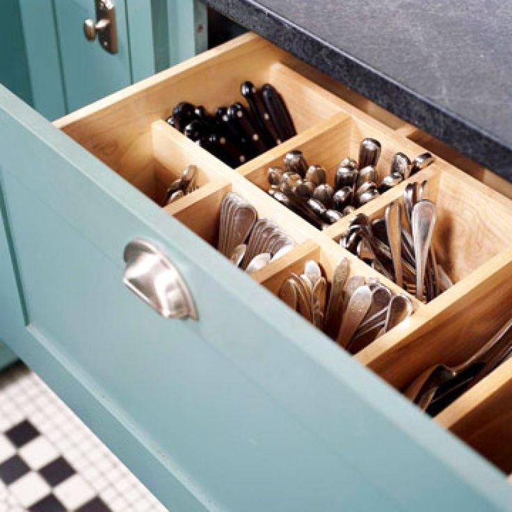 Uma solução de marcenaria, mas que pode ser feita com divisórias comuns de gaveta. Para gavetas fundas, talheres na vertical! Observem o ganho de espaço!