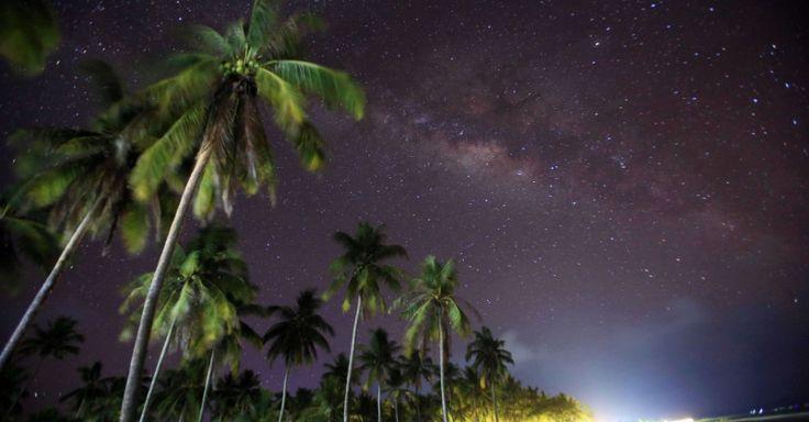 Nesta foto de longa exposição, a Via Láctea é avistada a partir da praia Ngwe Saung, a oeste de Pathein em Mianmar