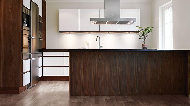 I det här strama köket sker ett dramatiskt möte mellan vitt laminat och mörkbrun valnöt. Avsaknaden av beslag och annan utsmyckning gör att köket känns väldigt avskalat.  Se mer av Staffli: http://www.tibrokok.se/vara-koksstilar/ovanligt-bra-koksstilar/staffli