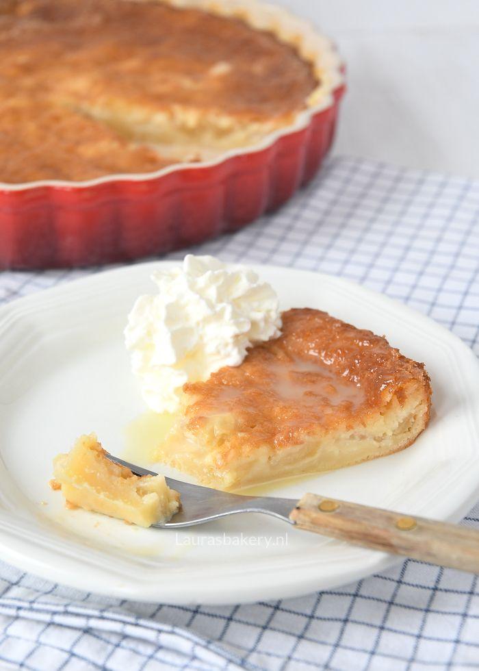 Deze Zuid-Afrikaanse appeltert is een stevige, smeuïge cake met frisse blokjes appel. Je serveert hem (warm) met een sausje en slagroom. Smullen!
