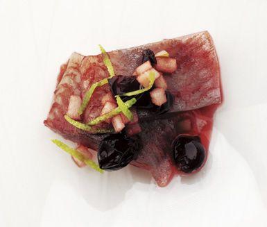 Testa på en ny variant av inlagd sill! Vinbär, lime, kryddnejlika och äpple gör sillen färgrik och ljuvligt välsmakande. Vinbärs- och limesill slår de flesta sillklassiker och är ett givet tillbehör på julbordet!
